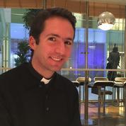Il devient prêtre après avoir fait une école de commerce