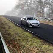 Peugeot 508 Hybrid, branchée à la prise