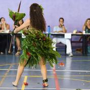 Les Tahitiennes interprètent des danses traditionnelles pour le bac