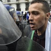 Face aux militaires, les Algériens refusent de rendre les armes