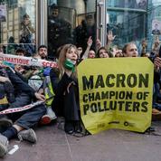 À La Défense, les militants écologistes fustigent la «République des pollueurs»