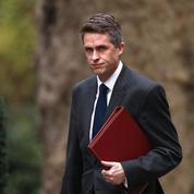 Fuites sur Huawei: Theresa May limoge son ministre de la Défense