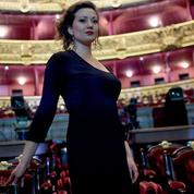 Évincée en raison de sa grossesse, la soprano Julie Fuchs sera dédommagée par l'Opéra de Hambourg