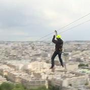 Les images impressionnantes de la tyrolienne géante installée en haut de la tour Eiffel