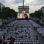 Les spectateurs peuvent choisir le programme du cinéma en plein air des Champs-Élysées