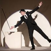 Homme encadré sur fond blanc :magie monochrome