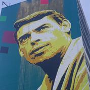 Un portrait de Jacques Brel monumental s'installe sur le flanc d'un immeuble à Vesoul