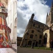 Un toboggan géant installé sous la nef de la cathédrale de Norwich en Angleterre