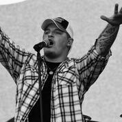 Le chanteur Upchurch en procès après avoir détruit deux tableaux à coups de fusil d'assaut