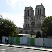 Un lieu de prière sur le parvis de Notre-Dame