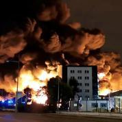 Rouen émerge des fumées noires d'un gigantesque incendie