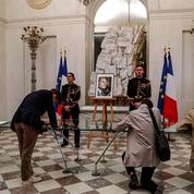 À l'Élysée, l'hommage intimiste des citoyens à «un sacré bonhomme»