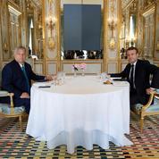 Face à Orban, Macron change de ton