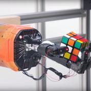 Un robot résout un Rubik's Cube avec une seule main