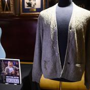 Le pull troué de Kurt Cobain dans le célèbre MTV Unplugged à l'encan à New York