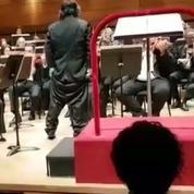 Un chef d'orchestre perd son pantalon en plein concert devant un public hilare