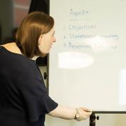 Mal de dos, migraines et vision altérée: une étude alerte sur la santé future des employés