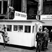 Contrôles, tourisme, manifestations... la vie à Checkpoint Charlie avant la chute du mur de Berlin