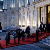 Macron déroule le tapis rouge aux maires