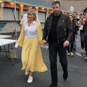 Grease :Olivia Newton-John et John Travolta renfilent leurs costumes pour la première fois depuis le tournage