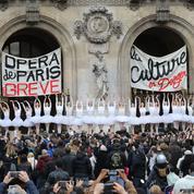 Un Lac des Cygnes sur les marches de l'Opéra Garnier pour sensibiliser à la grève
