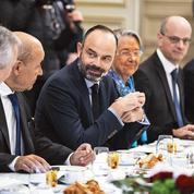 Retraites: Macron accentue la pression sur Philippe