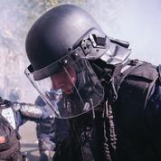 Agressée mais critiquée, la police dans un étau