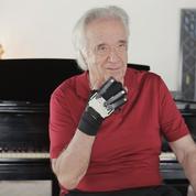 Grâce à des gants bioniques, le pianiste brésilien Joao Carlos Martins retrouve son clavier