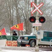 Les Indiens mohawks en colère asphyxient l'activité au Canada