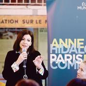 Municipales à Paris: prudente, Anne Hidalgo se tient loin de la presse
