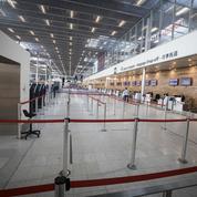 Fermé depuis mardi pour un temps indéterminé, l'aéroport d'Orly se mue en parking à avions