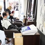 Les coiffeurs heureux de retrouver leurs ciseaux et leurs clients