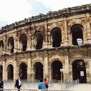 À Nîmes, des masques offerts au pied des arènes