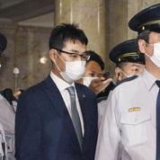 Japon: Shinzo Abe fragilisé par la chute des Kawai