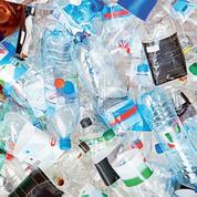 La mise à l'index du plastique secoue le marché de l'eau en bouteille