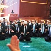 Sainte-Sophie: autour d'Erdogan, les officiels se pressaient sur le tapis de prière