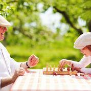 Covid-19: joies et craintes des retrouvailles avec les grands-parents