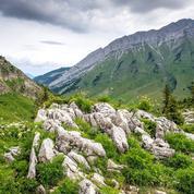 Du col des Aravis aux roches de Lapiaz, une randonnée avec le Mont-Blanc en toile de fond