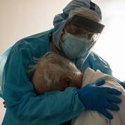 «Sur cette image d'un médecin enlaçant un vieillard, l'humanité triomphe de la raison sanitaire»