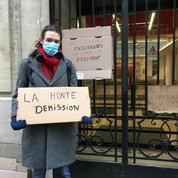 Devant Sciences Po, des étudiants réclament la démission de Frédéric Mion, leur directeur