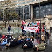 «Le gouvernement assassine sa jeunesse»: militants et syndicats étudiants manifestent devant le ministère de l'Économie