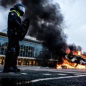 Covid-19: les Pays-Bas s'embrasent sur fond de couvre-feu