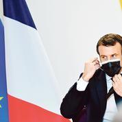 Emmanuel Macron tente de muscler sa jambe gauche