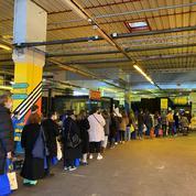 Ground Control à Paris, les étudiants font la queue pour recevoir l'aide alimentaire de l'association Linkee