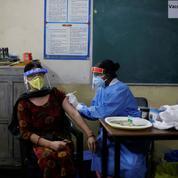 Inde: la vaccination ralentit alors que l'épidémie de Covid-19 accélère
