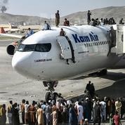 Sur le tarmac de l'aéroport de Kaboul, des scènes de chaos et de désespoir