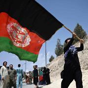 À Kaboul, le drapeau afghan face aux talibans