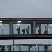 Afghanistan: à leur arrivée à l'aéroport, les réfugiés pris en charge par les associations