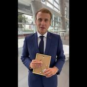 Emmanuel Macron souhaite une bonne rentrée aux jeunes Français, une photo de Mcfly et Carlito à la main
