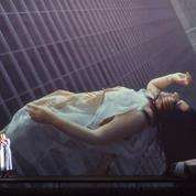 Marina Abramovic corsetée par la Callas